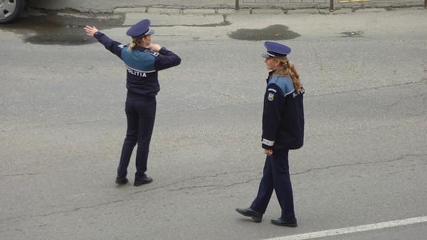 politiste dirijand circulatia in provincie